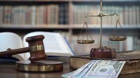 Młoteczek sędzia w sala sądowej z dolarowymi rachunkami zdjęcie wideo