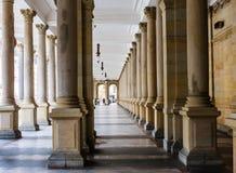 Młyńska kolumnada w Karlovy który jest odwiedzonym zdrojem holowniczym Zmienia obraz stock