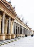 Młyńska kolumnada w Karlovy który jest odwiedzonym zdrojem holowniczym Zmienia zdjęcie royalty free