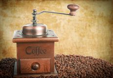 Młyn z kawowymi fasolami zdjęcia royalty free