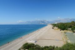 100m宽Konyaalti海滩在一个春日在安塔利亚 免版税库存图片