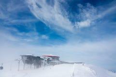 2004 m的圆形建筑的餐馆在Jasna滑雪胜地,一场多雪的飞雪的斯洛伐克 图库摄影