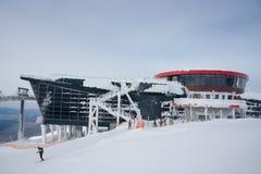2004 m的圆形建筑的餐馆在Jasna滑雪胜地,斯洛伐克在一结冰的天 免版税库存图片