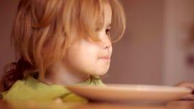 m Το εύθυμο παιδί μωρών τρώει τα τρόφιμα τα ίδια με το κουτάλι Το ευτυχές κουτάλι αγοράκι τρώεται Λίγο μωρό τρώει απόθεμα βίντεο