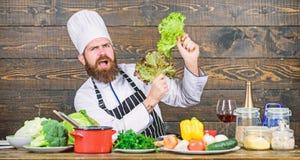 m Здоровый рецепт еды o r Шляпа носки человека и салат владением рисбермы Бородатый стоковая фотография rf