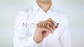 M-коммерция, сочинительство человека на стекле Стоковые Фото