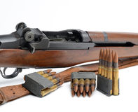 M1加仑枪、夹子和弹药在白色背景 免版税库存图片