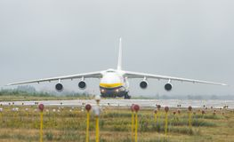 An-124-100M-150鲁基兰乌克兰飞机货物运输者在戈斯托梅利机场在基辅 免版税库存图片