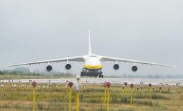 An-124-100M-150鲁基兰乌克兰飞机货物运输者在戈斯托梅利机场在基辅 图库摄影