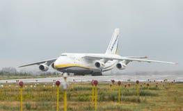 An-124-100M-150鲁基兰乌克兰飞机货物运输者在戈斯托梅利机场在基辅 免版税图库摄影