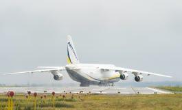 An-124-100M-150鲁基兰乌克兰飞机货物运输者在戈斯托梅利机场在基辅 库存图片