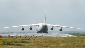 An-124-100M-150鲁基兰乌克兰飞机货物运输者在戈斯托梅利机场在基辅 库存照片