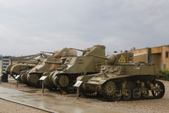 与一辆美国制造的轻型坦克在前面的M5A1斯图尔特的轻型坦克在显示 免版税图库摄影