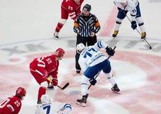 M Aaltonen ( 55) vs A Kitarov ( 77) på faceoff Royaltyfri Foto