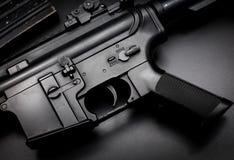 M4A1 aanvalsgeweer op zwarte achtergrond Stock Foto's