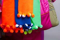 mångfärgade s scarves för barn Arkivbilder