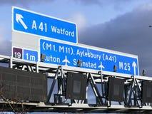 M25 Autosnelwegtekens, dichtbij Verbinding 19 in Hertfordshire, het UK stock afbeeldingen