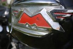 M-Buchstabe mit Flügeln von einem unvergleichlichen motocycle stockfotografie