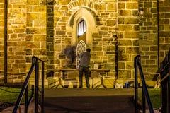 M??czy?ni reapiring historycznego ko?cielnego okno w Donegal miasteczku - Irlandia obraz royalty free