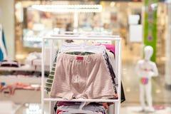 M??czyzna bielizna w butiku Reklamuje, sprzeda?y i mody poj?cie, zdjęcia royalty free