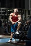 M??czyzna bodybuilder w gym fotografia stock