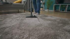 M??czyzna cleaning dywan z pr??niowym cleaner zbiory