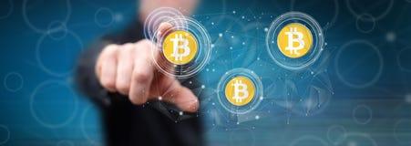 M??czyzna dotyka bitcoin waluty poj?cie obrazy royalty free