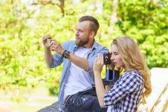 M??czyzna i kobieta bierze fotografie z kamer? i smartphone obrazy stock