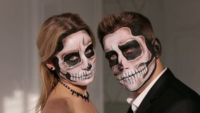 M??czyzna i kobieta w kostiumu z przera?aj?cym Halloweenowym makeup i sukni zdjęcie wideo