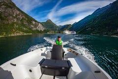 M??czyzna jedzie motorow? ??d? Geiranger fjord, Pi?kna natura Norwegia katya lata terytorium krasnodar wakacje zdjęcie royalty free