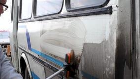 M??czyzna myje brudnego autobus na otwartej przestrzeni zbiory wideo