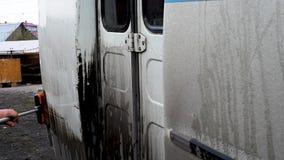 M??czyzna myje brudnego autobus na otwartej przestrzeni zdjęcie wideo