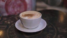 M??czyzna nalewa cynamon w fili?anka kawy - zbli?enie strzelaj?cy cappuccino w kawiarni zdjęcie wideo