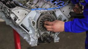M??czyzna naprawia samochodowego silnika zbiory wideo