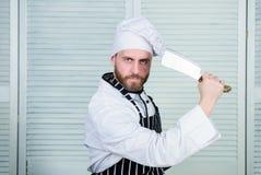 M??czyzna odzie?y fartucha kucharstwo w kuchni M??czyzna u?ywa ostrego cleaver n?? Typy no?e Ostrego no?a profesjonalisty narz?dz zdjęcia stock