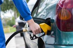 M??czyzna podsadzkowy benzyny paliwo w samochodowym mienia nozzle obrazy stock