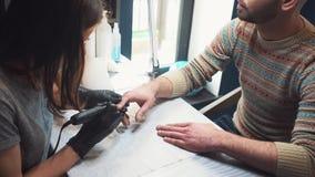 m??czyzna ` s manicure Fachowy manicure dla m??czyzna manicure maszyn? M??czyzna otrzymywa manicure w pi?kno salonie zbiory