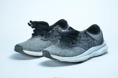M??czyzna ` s sporta buty Para sportów buty, popielaci koloru sporta buty obrazy royalty free