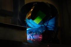 M??czyzna spawki przy fabryk? zdjęcie stock