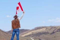 M??czyzna w kowbojskim kapeluszu bierze kanadyjczyk flag? fotografia stock
