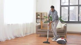 M??czyzna z pr??niowym cleaner w domu zbiory wideo