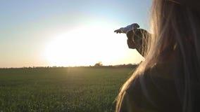 M?dchen betrachtet die Sonne durch ihre Hand Frauenspielhand mit den Strahlen der Sonne Die Sonne scheint durch ihre Finger stock video footage