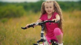 M?dchen, das ein Fahrrad reitet stock video footage