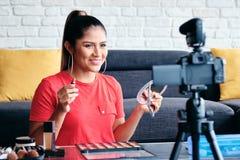 M?dchen, das zu Hause Videoblog Vlog mit Digitalkamera notiert lizenzfreie stockfotos