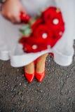 M?dchen im wei?en Kleid mit rotem Blumenstrau? stockbilder