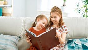 M?dchen lesen ein Buch stockfotos