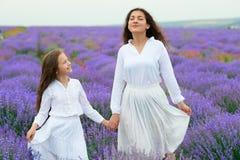 M?dchen sind auf dem Lavendelblumengebiet, sch?ne Sommerlandschaft lizenzfreies stockbild