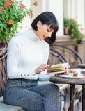 M?dchengetr?nkkaffee-Lesebuch Becher der besten Kombination des guten Kaffees und des angenehmen Buches f?r perfektes Wochenende  lizenzfreies stockfoto