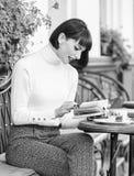 M?dchengetr?nkkaffee-Lesebuch Becher der besten Kombination des guten Kaffees und des angenehmen Buches f?r perfektes Wochenende  stockfoto