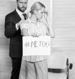 M?dchengriff-Plakat hashtag ich auch, w?hrend Kollege sie sich beruhigen Arbeitskraftanteil-Angriffsgeschichte Suchen nach Suppor stockbilder